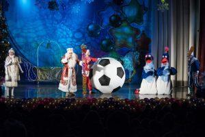 дед мороз и все участники представления с огромным футбольным мячом_1